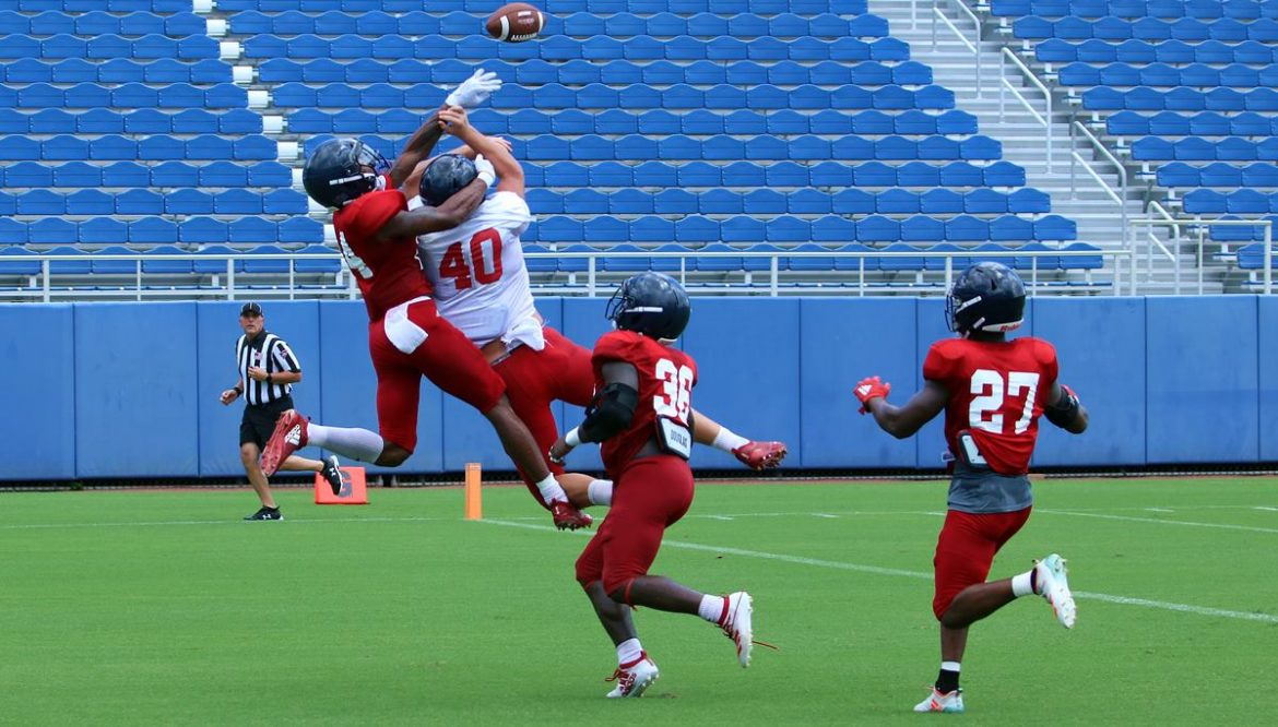 Dominating D <div class='secondary-title'><span style='color:#818181;font-size:14px;'>FAU's defense pressured quarterbacks and forced turnovers while containing the offense during the Owls' first fall scrimmage.</div>